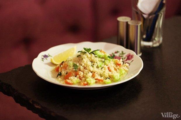 Салат с кускусом, свежими овощами и мятой — 190 рублей. Изображение № 6.