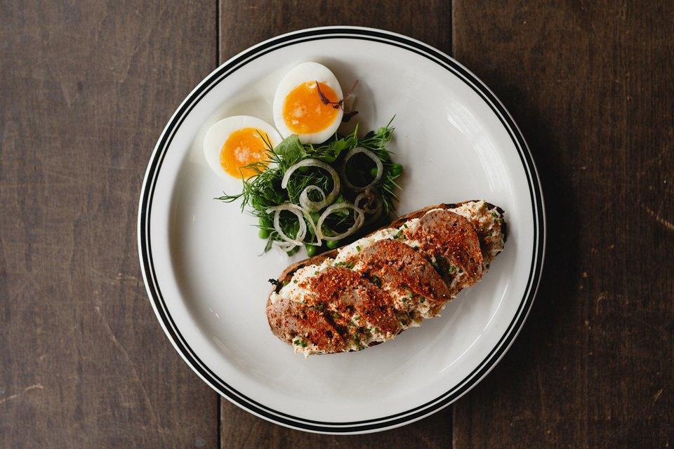 Теплый паштет из куриной печени на ржаном тосте, с фермерским яйцом 370 рублей. Изображение № 28.