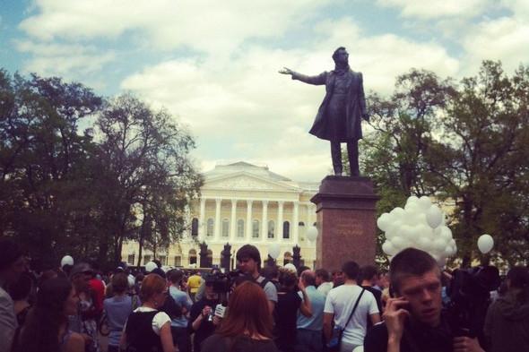 В воскресенье в Петербурге гуляли 500 человек, в понедельник закрывают Исаакиевскую. Изображение № 1.