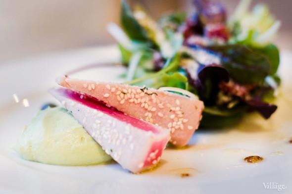 Салат из тунца с молодыми травами, дикими каперсами и муссом из авокадо — 89 грн.. Изображение № 24.