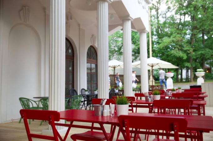 На ВДНХ открывается летнее кафе «Счастье незагорами». Изображение № 1.
