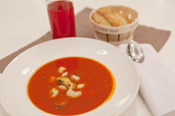 Томатный суп с морепродуктами —350 рублей и клюквенный морс — 90 рублей. Изображение № 27.