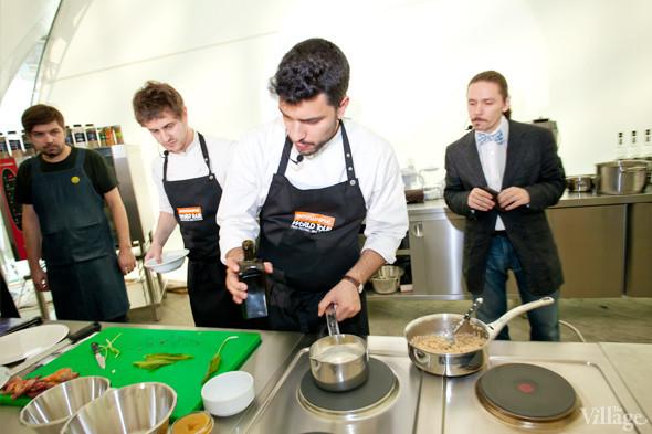 Omnivore Food Festival: Майкл Гринвольд и Симоне Тондо готовят орзотто из ячменя и тартар из голубя. Изображение № 27.
