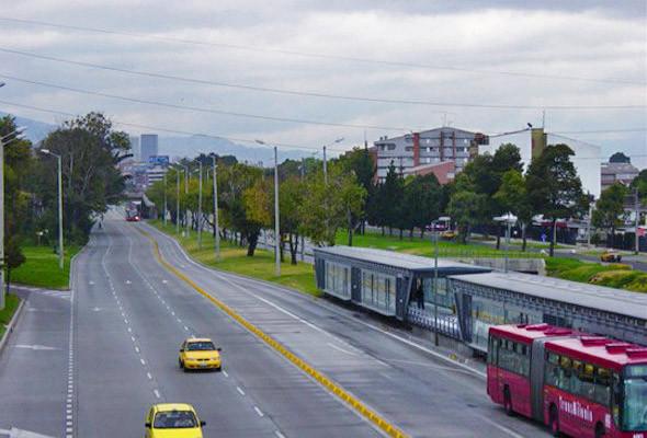 Один день в году в Боготе все дороги полностью освобождают от автомобилей. Разрешено ездить только автобусам и такси.. Изображение №57.