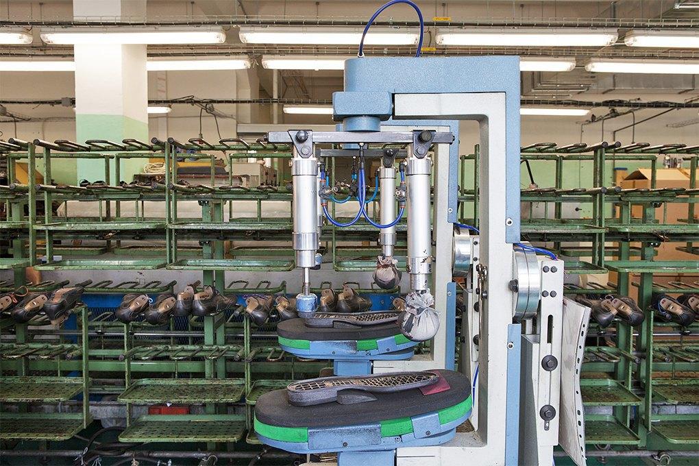 Производственный процесс: Как делают ботинки. Изображение № 24.