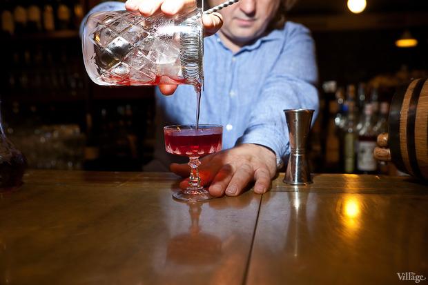 Перелить коктейль в охлаждённый бокал. Изображение № 35.