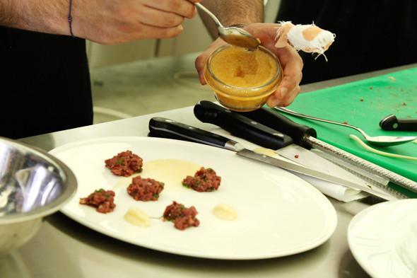 Omnivore Food Festival: Майкл Гринвольд и Симоне Тондо готовят орзотто из ячменя и тартар из голубя. Изображение № 14.