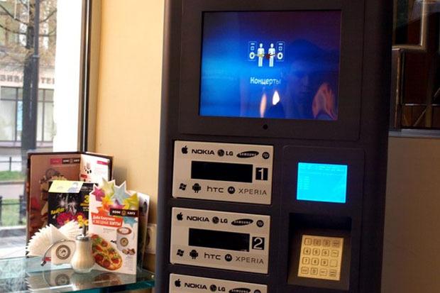 В городе появились автоматы для бесплатной зарядки любых телефонов. Изображение № 2.