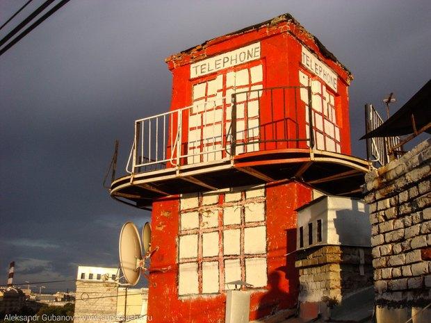 На крыше дома наВасильевском острове появилась лондонская телефонная будка. Изображение № 1.