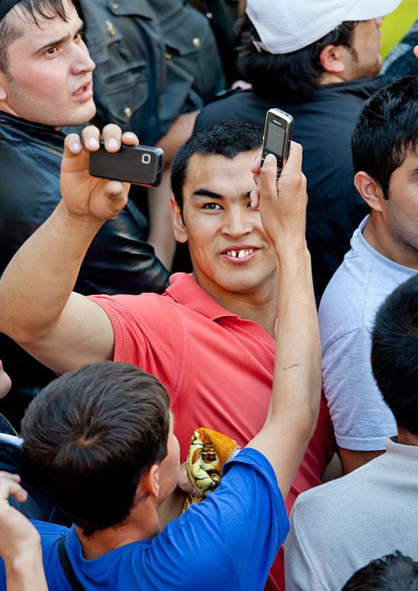 Чтобы убить время, люди фотографируют толпу и полицейских. Те реагируют спокойно.. Изображение № 7.