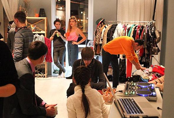 В Киеве можно будет обменяться ненужной одеждой и обувью. Изображение № 1.