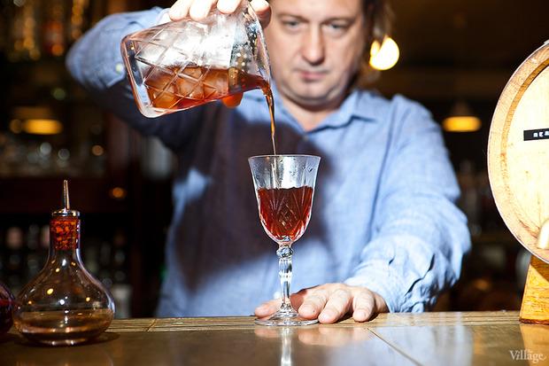 Выбросить из рюмки дроблёный лёд и процедить в неё коктейль. Изображение № 25.