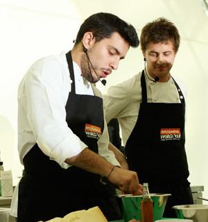 Omnivore Food Festival: Майкл Гринвольд и Симоне Тондо готовят орзотто из ячменя и тартар из голубя. Изображение № 1.