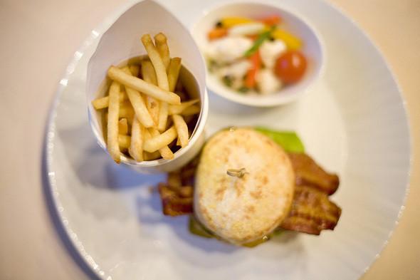 Чизбургер с сыром чеддер, 600 рублей. Изображение № 6.