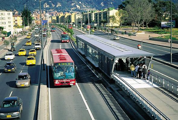 Скоростные автобусы в Боготе курсируют по выделенным полосам. Благодаря отлаженной работе общественного транспорта автомобильный трафик сократился на 40 %. . Изображение № 3.