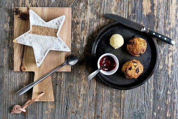 Английский завтрак: Сконы сизюмом ияблочный крамбл. Изображение № 1.