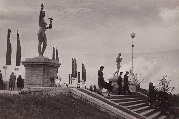 Перед «Крестовским» установили львов состадиона имени Кирова. Изображение № 4.