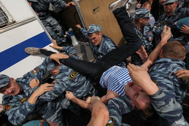 Фото дня: Десантники пытались избить гей-активиста на Дворцовой. Изображение № 10.