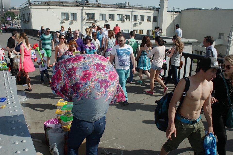 Как выглядит парк Горького в выходной день. Изображение № 19.
