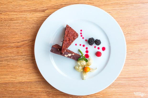 Шоколадный торт «Брауни» с орехами — 220 рублей. Изображение № 40.