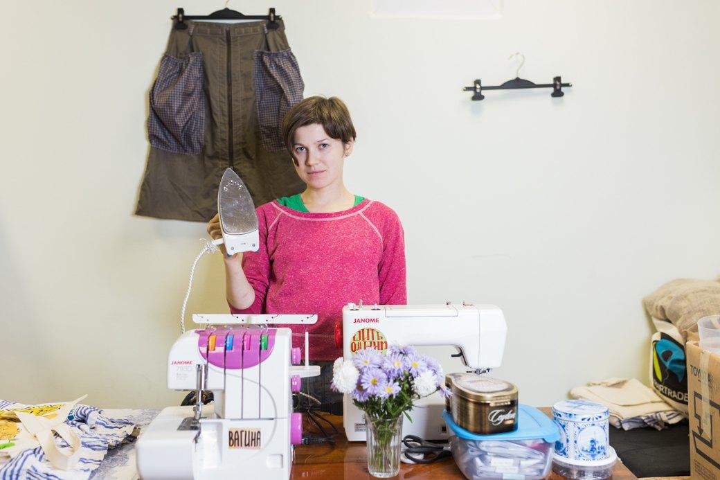 Как художницы-феминисткистали шить юбки для женщин имужчин. Изображение № 1.
