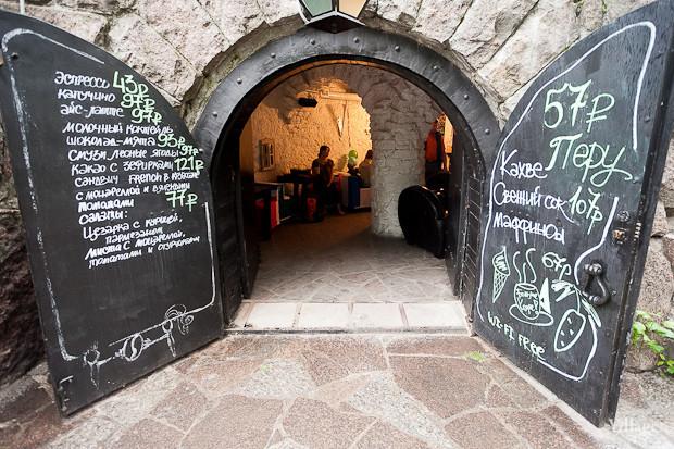 Семейная кофейня «БольшеКофе!» открылась в гроте Александровского парка. Изображение № 1.