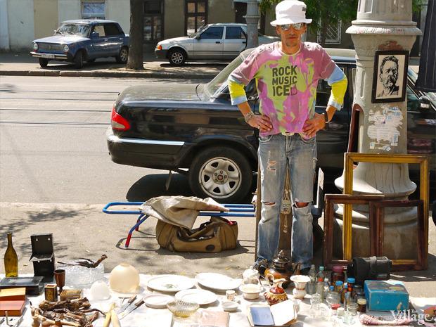 Валерий Чирков, торгует на Староконке почти год. Продает советскую кожгалантерею, посуду, рамы. Изображение № 17.