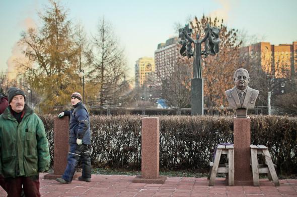 Падение кумиров: В парке «Музеон» демонтировали незаконные памятники. Изображение № 1.