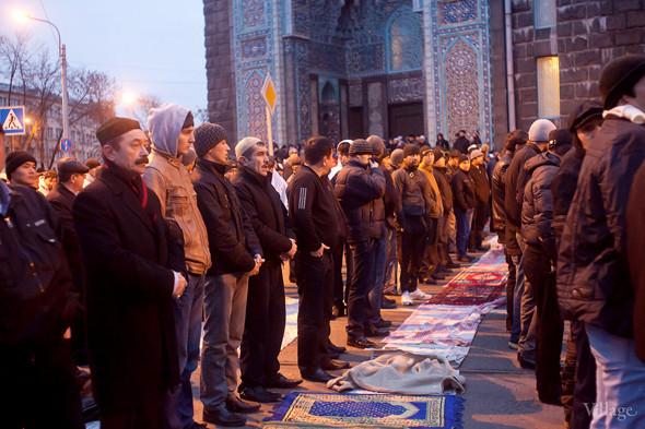 Сбор мусульман у мечети начался около восьми утра.. Изображение № 2.