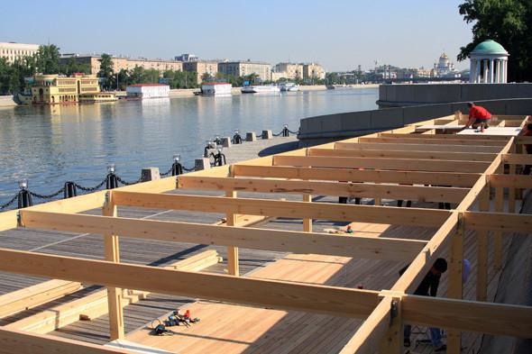 Изображение 5. В парке Горького начали строить деревянный пляж.. Изображение № 7.