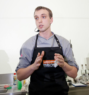 Omnivore Food Festival: Иван Березуцкий готовит суп из черноплодной рябины и нутрию в бересте. Изображение № 1.