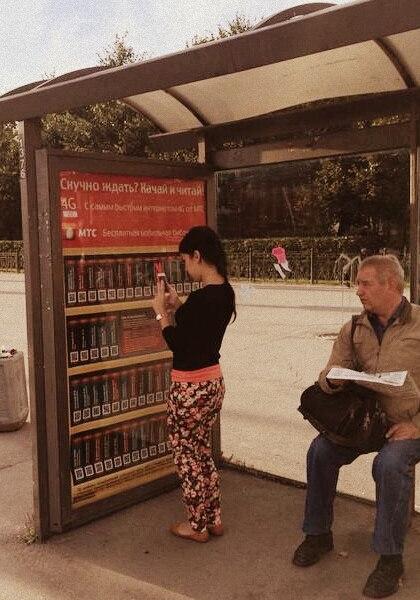 На остановках общественного транспорта появились мобильные библиотеки. Изображение № 1.