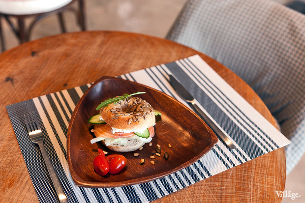 Ржаной бейгл с лососем и сливочным сыром —170 рублей. Изображение №15.