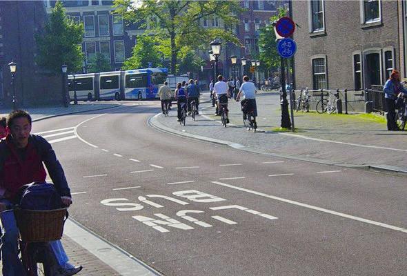 Улицы, недостаточно широкие, чтобы  организовать на них полосы и для автобусов, и для автомобилей, полностью отдали под общественный транспорт.. Изображение № 62.