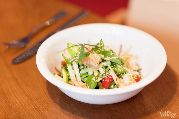 Зеленый салат с жареными креветками — 380 рублей. Изображение № 16.
