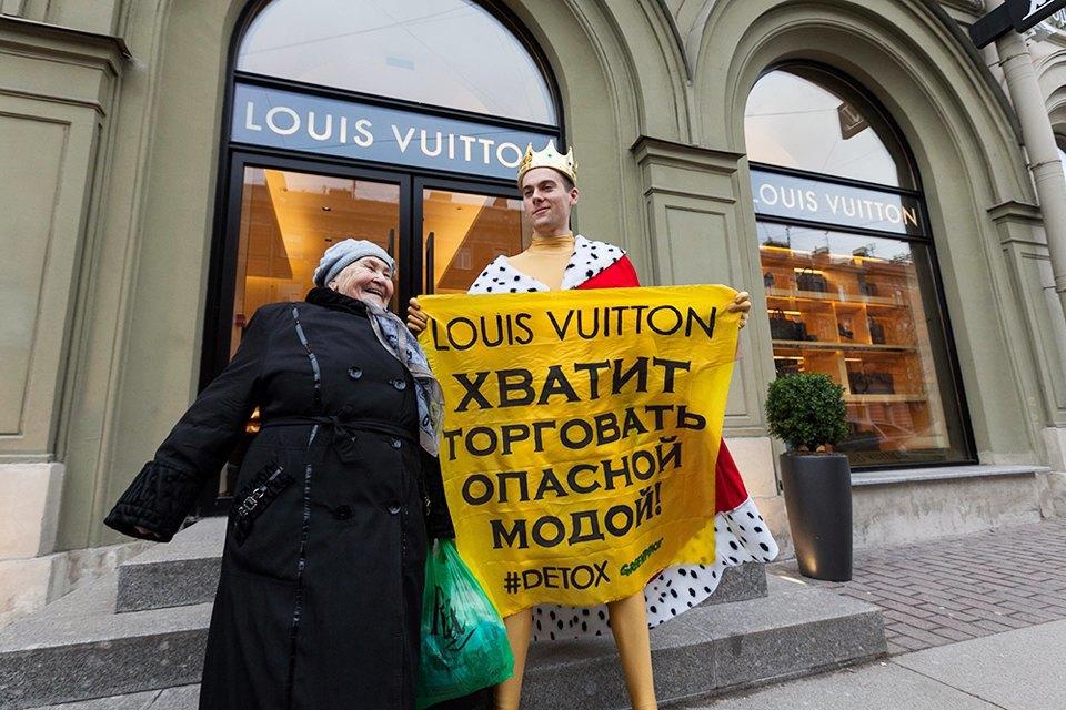 Активист Гринпис пикетирует у бутика Louis Vuitton. Изображение № 6.