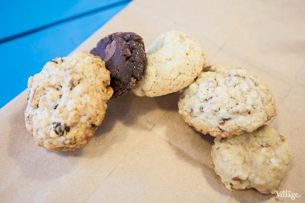 Чайное ассорти (слева направо: овсяное печенье с грецким орехом и изюмом, печенье «Три шоколада», печенье с грейпфрутом и орехами, овсяное печенье, карамельное с миндалём и арахисом) — 150 рублей. Изображение № 10.