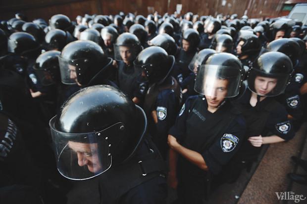 Среди бойцов спецподразделения и стар (слева) и млад (справа). Изображение № 13.