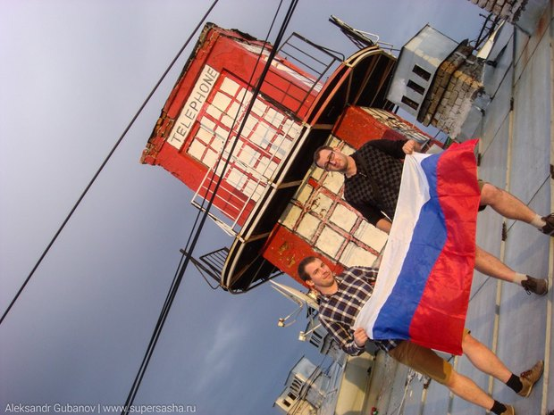 На крыше дома наВасильевском острове появилась лондонская телефонная будка. Изображение № 2.