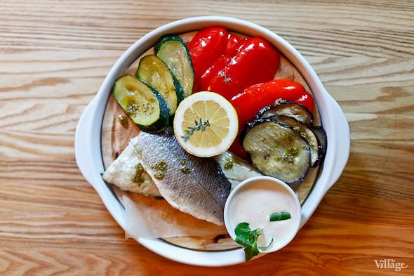 Филе сибаса с овощами на пару и сливочным соусом — 390 рублей. Изображение № 28.