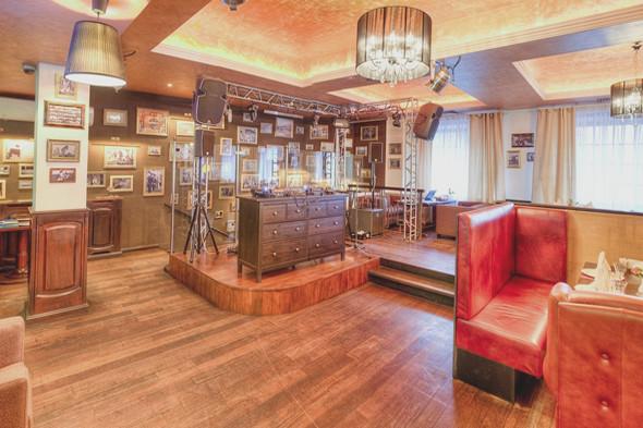 «Тель-Авив» — это не только ресторан, но и бар, собственно, в этом и есть его главное отличие от других московских кошерных ресторанов. Здесь проводят веселые вечеринки, в меню большой выбор алкоголя — то есть всё, кроме интерьера, сделано именно под молодую аудиторию.. Изображение № 12.