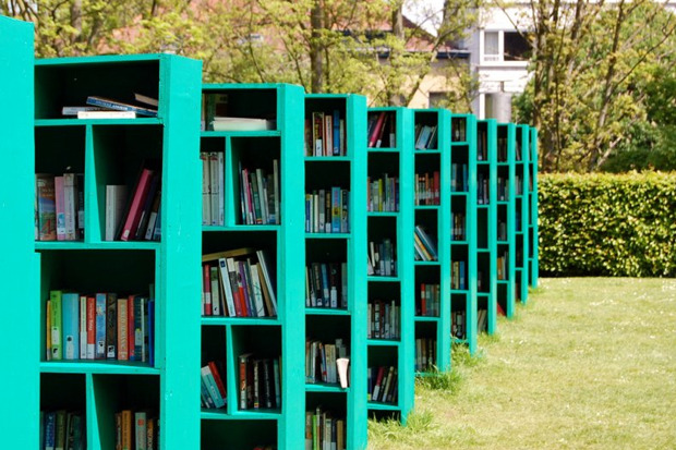 Общественная библиотека и книжный магазин в Бельгийском винограднике появилась в рамках фестиваля TRACK art. Ее придумал итальянский художник Массимо Бартолини.. Изображение №1.