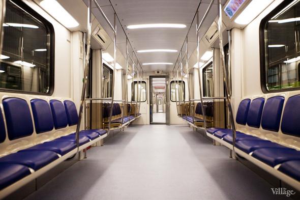 Под сидениями в новых вагонах пустое пространство. Изображение № 9.