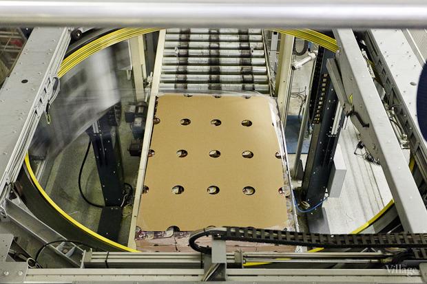 Картонные ящики на глазах у работников мастерит машина. Изображение № 59.