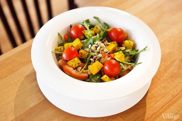Салат с проростками маша, томатами, свежим острым перцем, имбирем, зелёным базиликом, мятой и адыгейским сыром — 180 рублей. Изображение № 16.