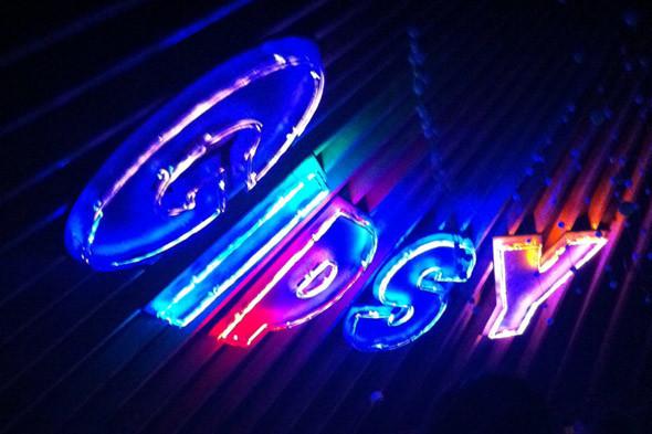 Прорваться сквозь фейсконтроль Gipsy стоило того. В этом месте, озаренном неоном, лучшие танцы в Москве, лучшая музыка, best of the best. . Изображение № 22.
