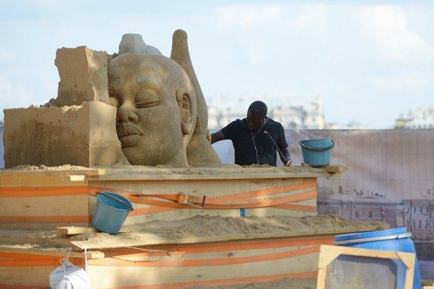 На пляже Петропавловской крепости построили песчаные скульптуры. Изображение № 7.
