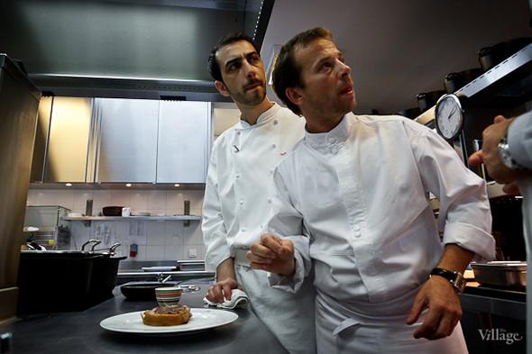 Шеф-повар Александр Николя (слева) внимательно следит за временем: до начала ланча на 60 человек остаётся полчаса. Основная часть главных блюд должна быть подготовлена.. Изображение №13.