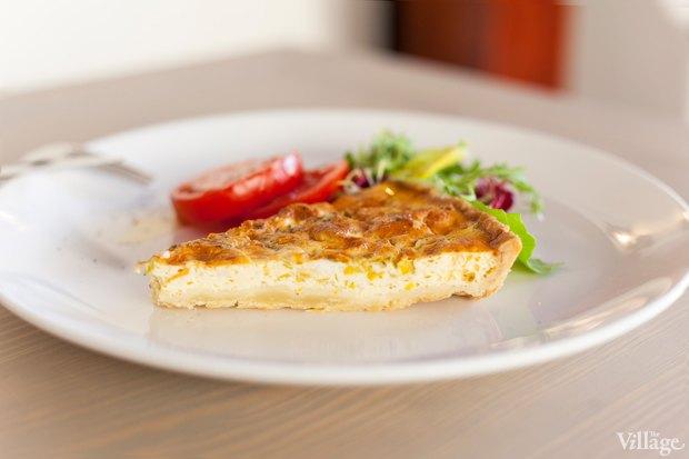 Горячий прованский пирог с козьим сыром, с кольцами томатов и листьями салата — 55 грн.. Изображение № 36.
