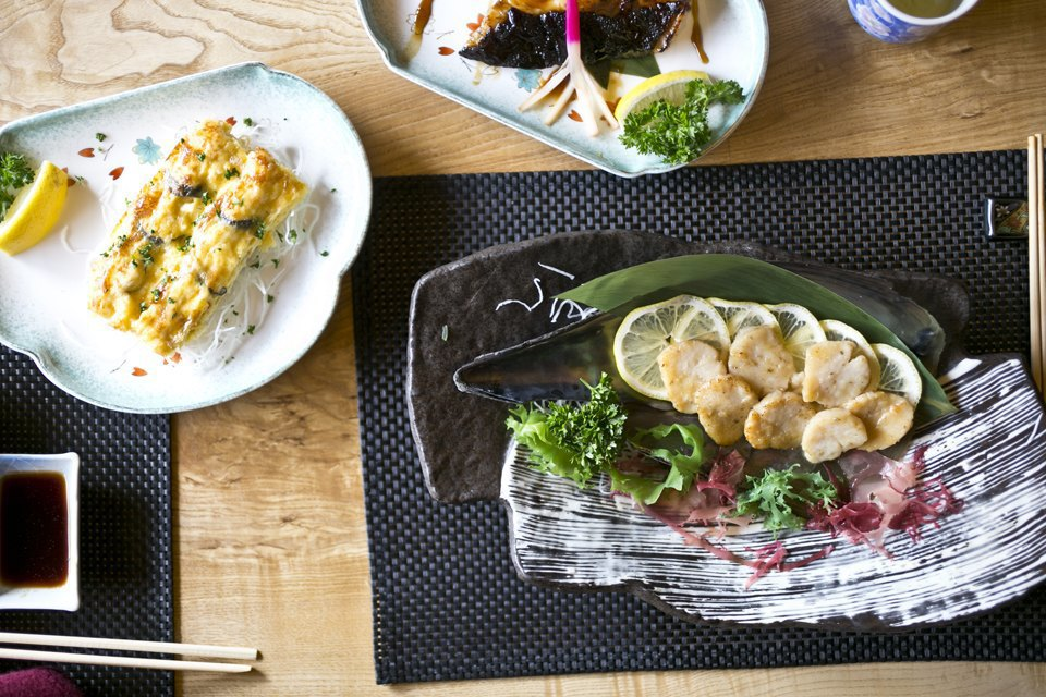 Моллюск тайрагай в имбирно-чесночном соусе, чёрная треска на гриле и запечённый королевский краб . Изображение № 16.